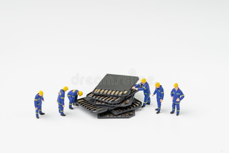 Récupération de fichier sur cartes d'écart-type ou concept de sécurité de stockage de données d'ordinateur, technicien miniature  images stock