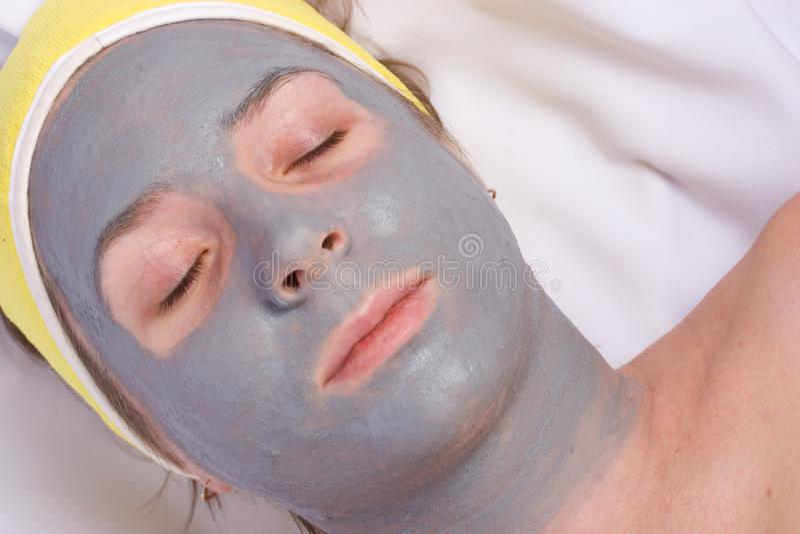 Récupération et massage facial de la femme photos stock