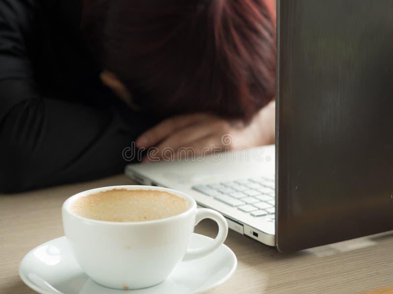 Rédacteur créatif fatigué dormant sur l'ordinateur portable au bureau images stock