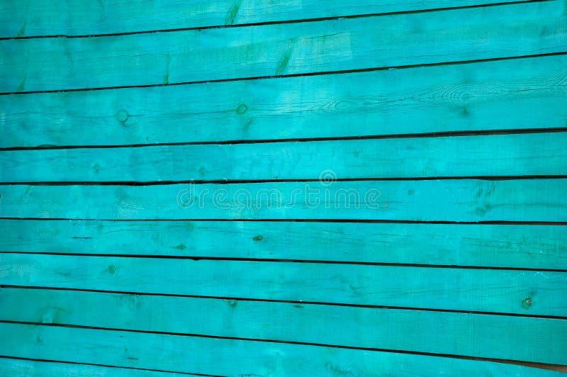 Réduisez le bouclier en fragments de vieux conseils en bois horizontaux parallèles peints en vert photo libre de droits