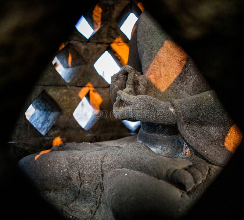 Réduisez les peintures murales en fragments en pierre à l'île indonésienne de temple de Borobudur de Java image stock