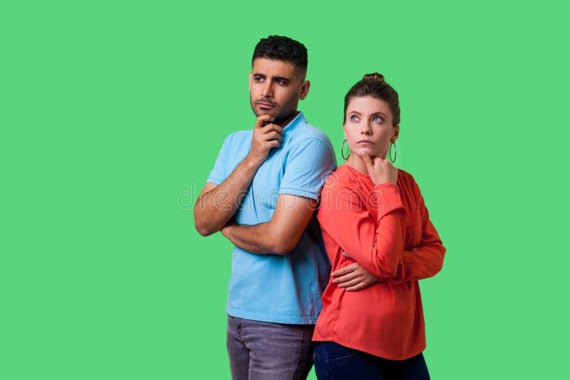 Réfléchissez au plan ! Portrait d'un jeune couple intelligent et attrayant en vêtements décontractés pensant ensemble isolé sur f photo libre de droits