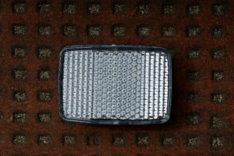 Réflecteur en plastique blanc rectangulaire sur une table brune photo stock