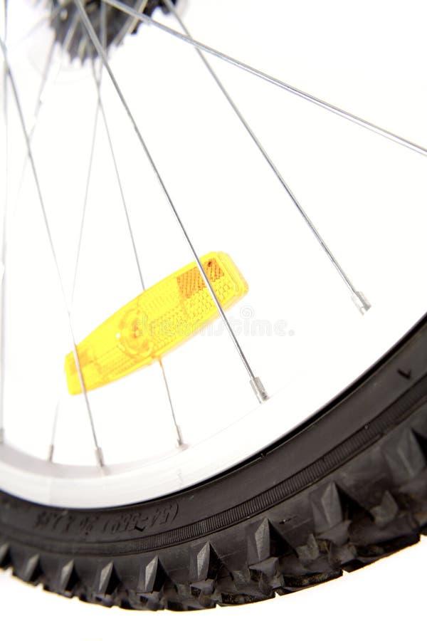 Réflecteur jaune sur la roue de vélo photographie stock
