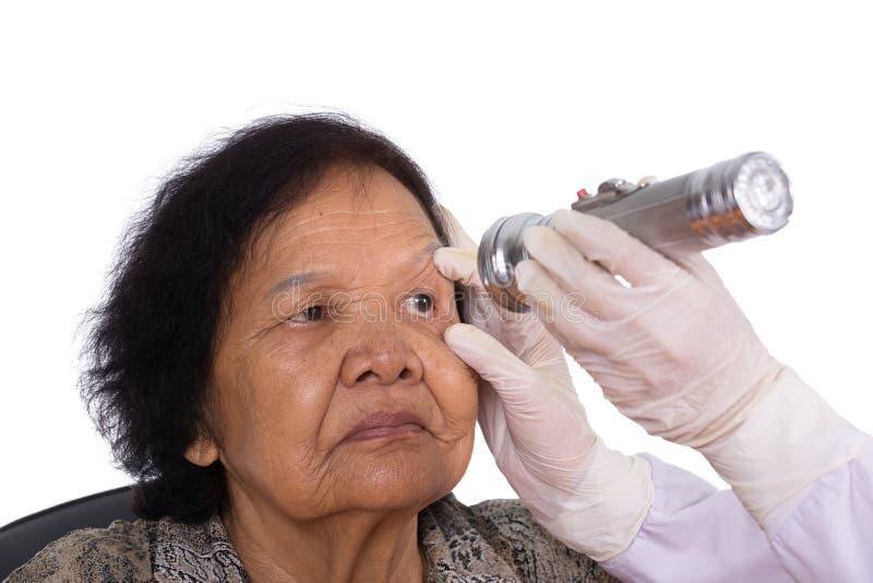 Réflexes d'essai de neurologue de l'oeil de la jeune femme photos stock