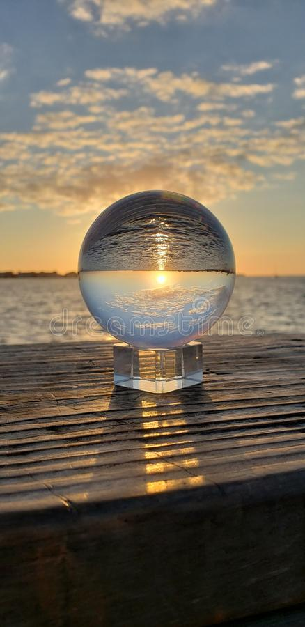 Réflexion à l'envers de coucher du soleil images stock