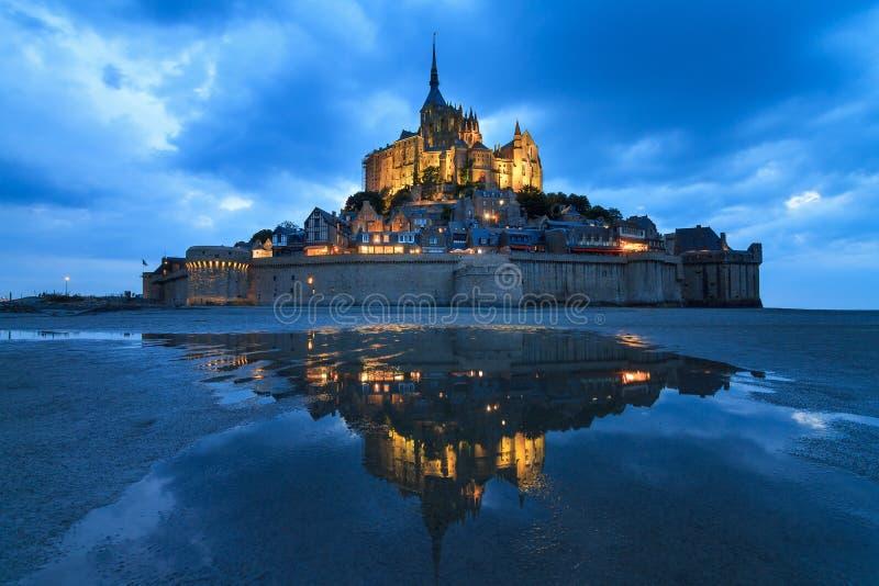Réflexion bleue d'heure à le Mont Saint-Michel image libre de droits
