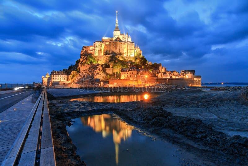Réflexion bleue le Mont Saint-Michel images stock