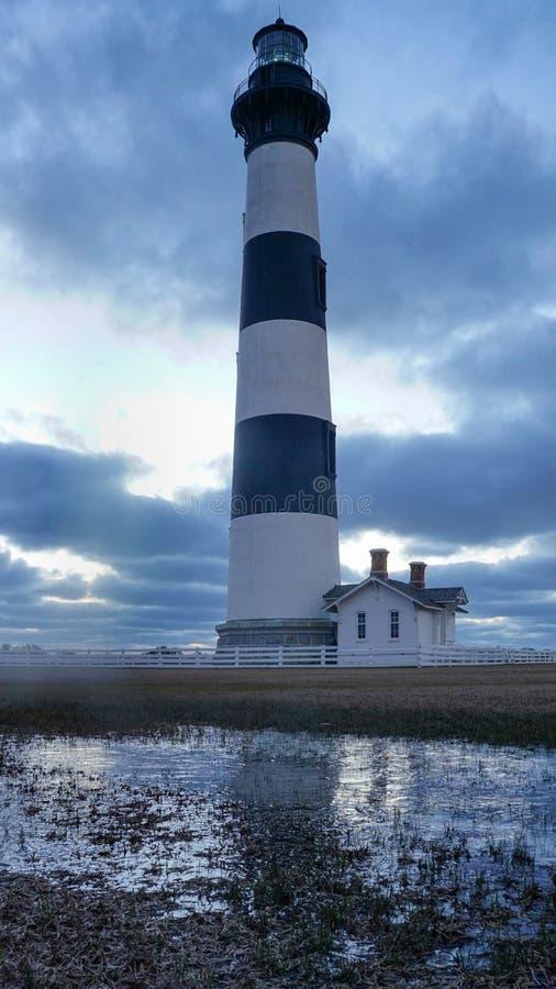 Réflexion brumeuse de phare d'île de Bodie photographie stock libre de droits