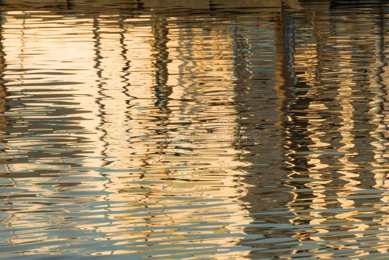 Réflexion d'un pilier dans les eaux du lac photos stock