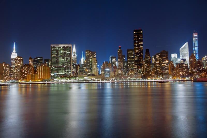 Réflexion d'horizon de Manhattan en Hudson River pendant l'heure bleue photo stock
