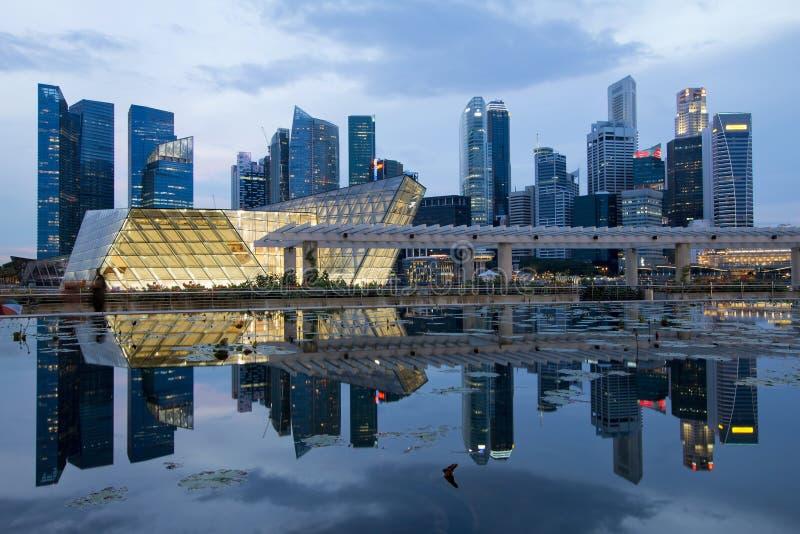 Réflexion d'horizon de ville de Singapour à l'heure bleue images stock