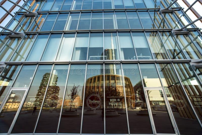 Réflexion d'immeuble de bureaux de Coima, Milan, Italie images libres de droits
