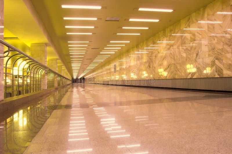 Réflexion d'or sur l'étage de marbre image libre de droits
