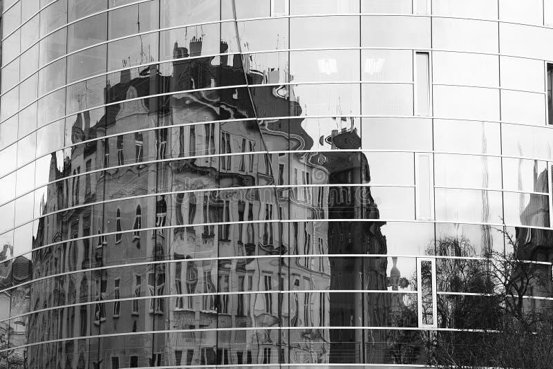 Réflexion d'un bâtiment à Prague images stock