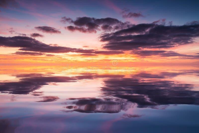 Réflexion d'un beau coucher du soleil dans l'eau calme Concept de fond naturel photos libres de droits