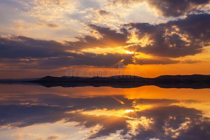 Réflexion d'un beau coucher du soleil dans l'eau calme Concept de fond naturel photo stock