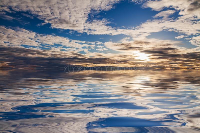 Réflexion d'un beau coucher du soleil dans l'eau calme Concept de fond naturel images libres de droits