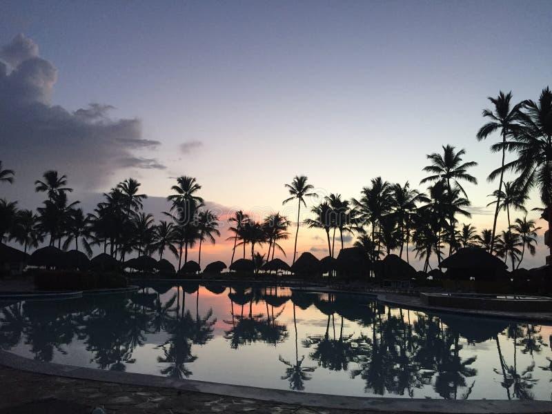 Réflexion d'un paradis de coucher du soleil photo stock