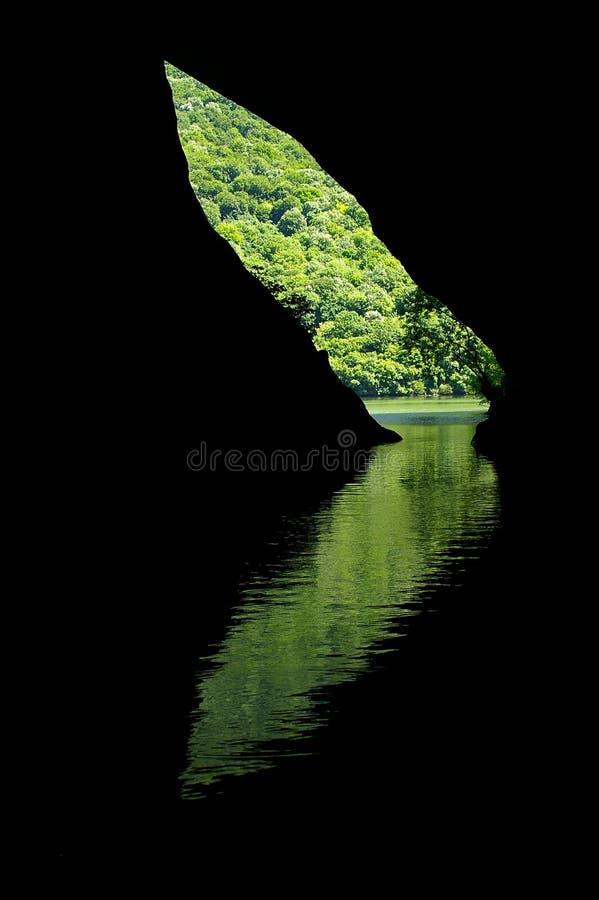 Réflexion d'une entrée de caverne dans l'eau photographie stock
