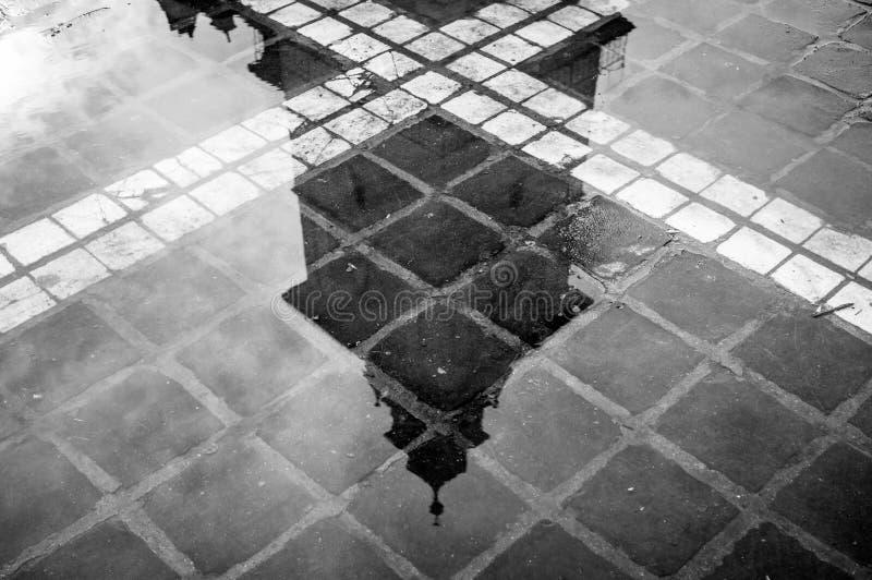 réflexion d'une tour dans un étang d'eau photo stock