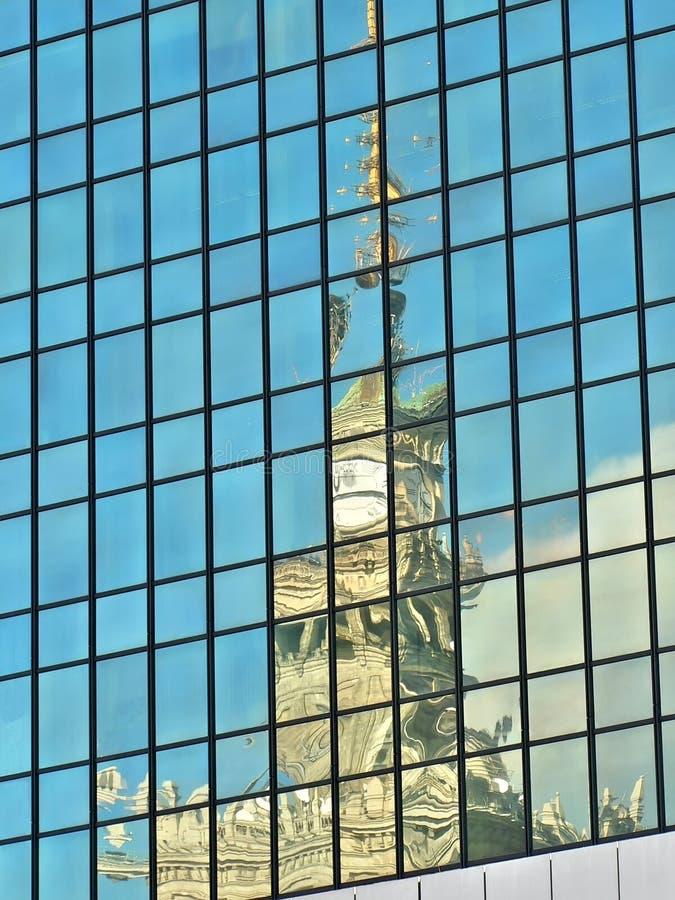 Réflexion dans la construction en verre image libre de droits