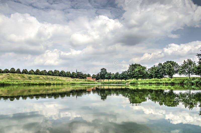 Réflexion dans la ville enrichie Leusden images stock
