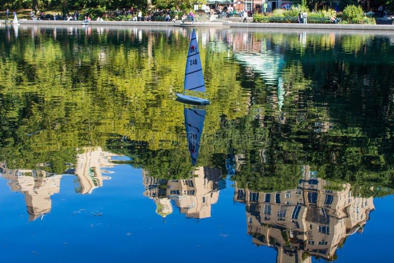 Réflexion dans le Central Park conservateur d'étang d'eau image stock