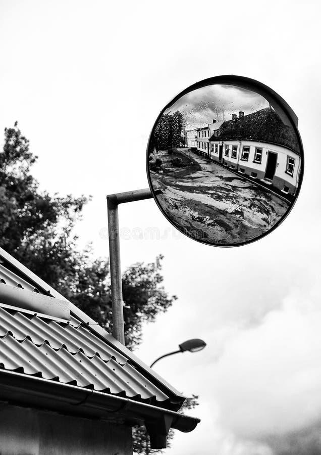 Réflexion dans le miroir Une vieille et sale rue image stock