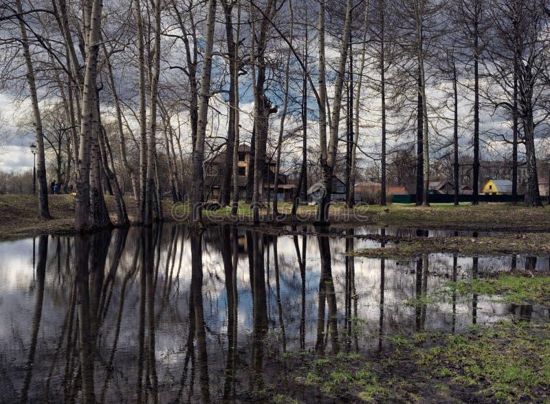 Réflexion dans un étang moscou images stock
