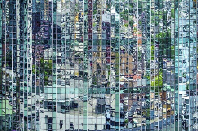 Réflexion dans une façade incurvée par vert photos stock
