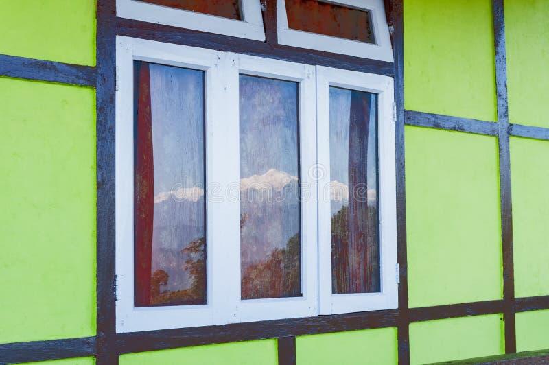 Réflexion de bâti Kanchenjungha sur le vitrail humide photographie stock libre de droits