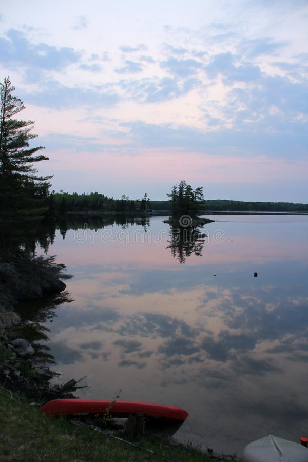 Réflexion de baie d'itinéraire sur l'eau images libres de droits