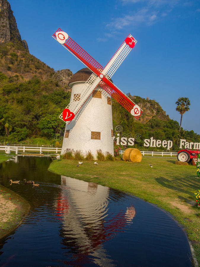 Réflexion de canal de moulin à vent et d'eau dans la ferme photo stock