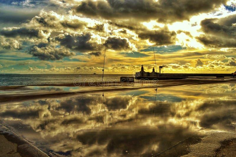 Réflexion de ciel avec des nuages photos libres de droits