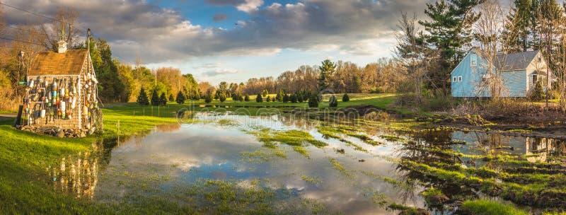 Réflexion de ciel nuageux dans l'étang près de la ville de Hadley photo stock