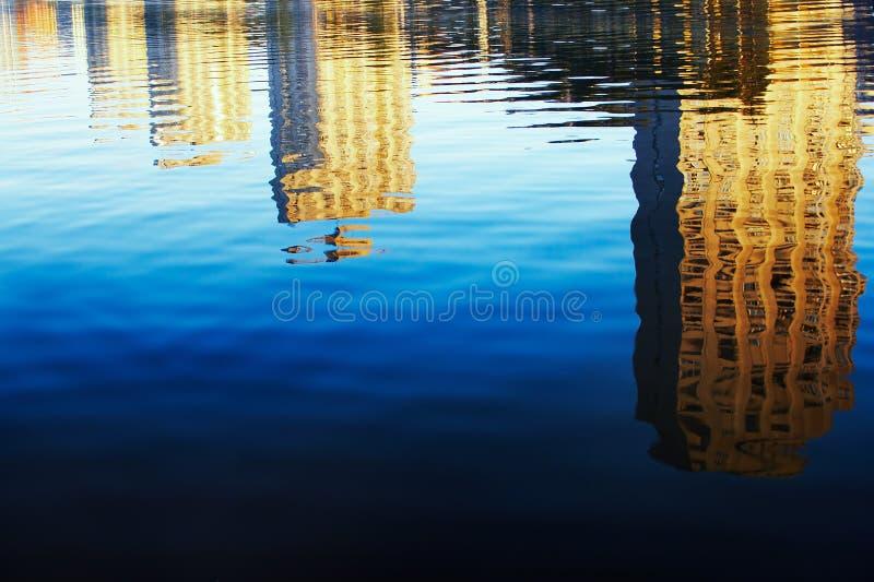 Réflexion de constructions dans l'eau images stock