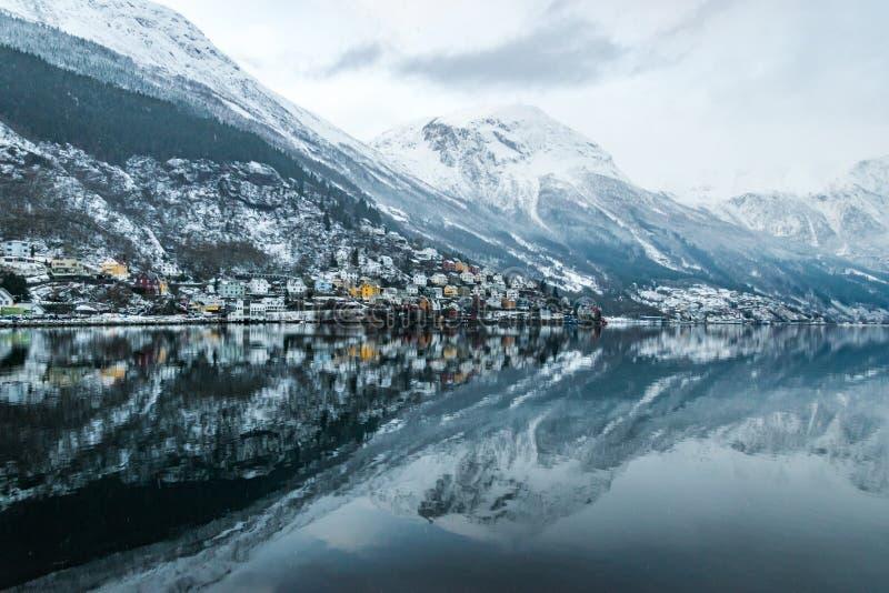 Réflexion de coucher du soleil et de montagnes dans le lac images libres de droits