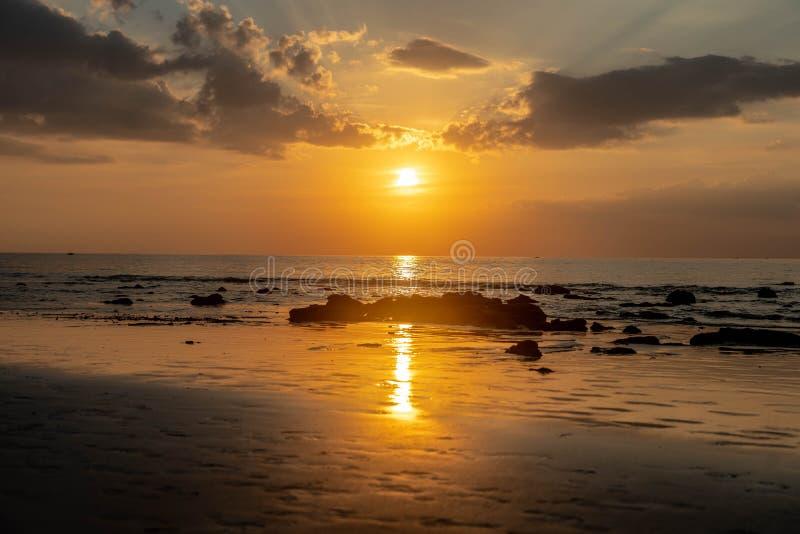 Réflexion de coucher du soleil de la Thaïlande sur la plage image libre de droits