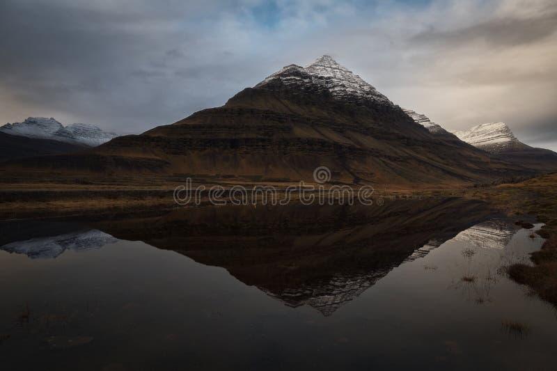 Réflexion de crête de Bulandstindur au-dessus de Berufjord photographie stock