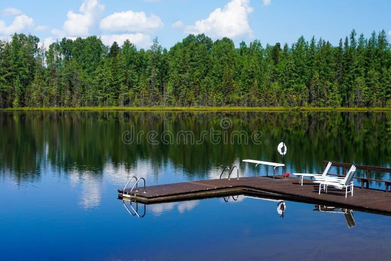 Réflexion de dock et de chaises de Perron de laque de lac photos libres de droits