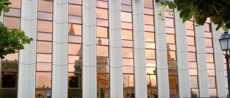 Réflexion de fenêtres de bâtiment pendant le coucher du soleil photo stock
