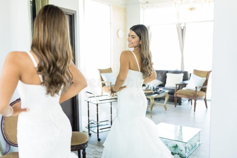 Réflexion de jeune mariée posant dans le magasin photos stock