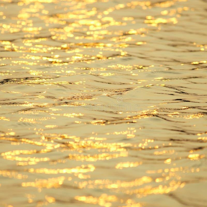 Réflexion de l'eau au coucher du soleil photographie stock libre de droits