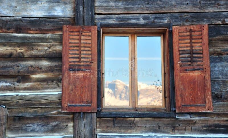 Réflexion de la montagne sur les hublots photographie stock