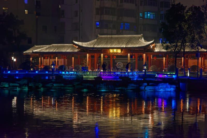 Réflexion de la nuit de parc de pavillon de lac-Ruzi image stock