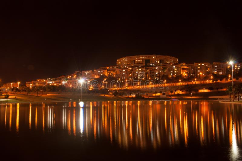 Réflexion de la ville de nuit dans le lac Modiin Israël photo stock