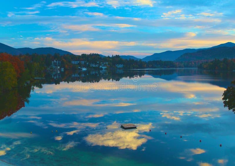 Download Réflexion de lac image stock. Image du feuillage, arbres - 45364175