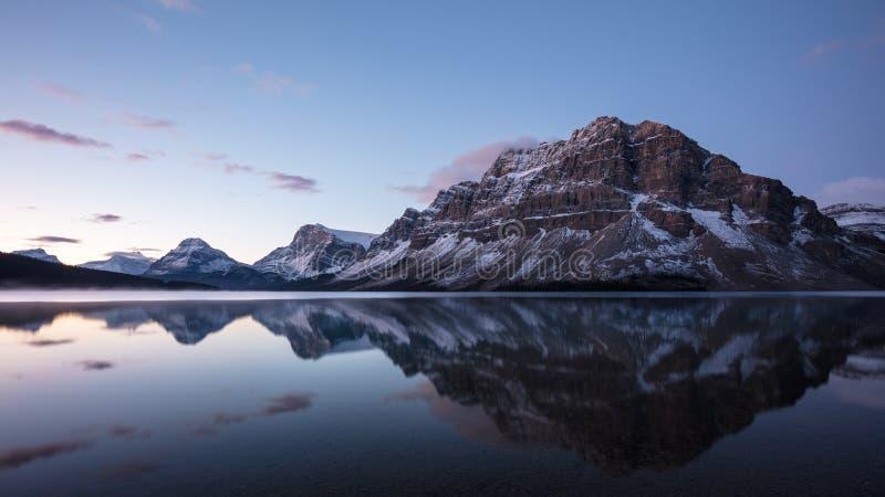 Réflexion de lac bow avant lever de soleil, parc national de Banff photos stock
