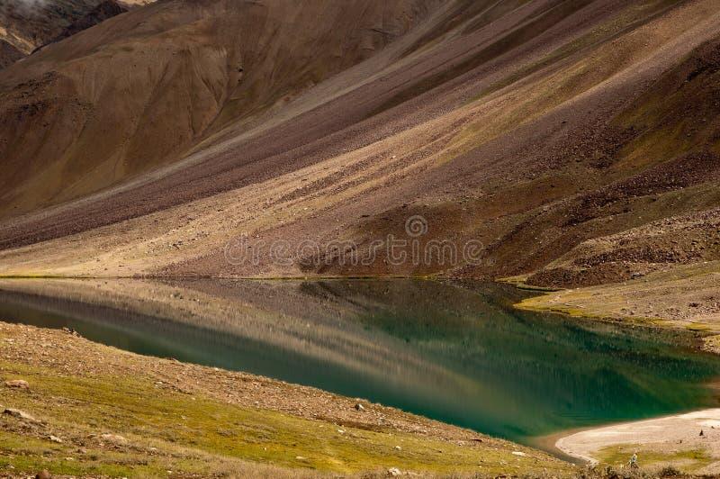 Réflexion de lac Chandratal photographie stock
